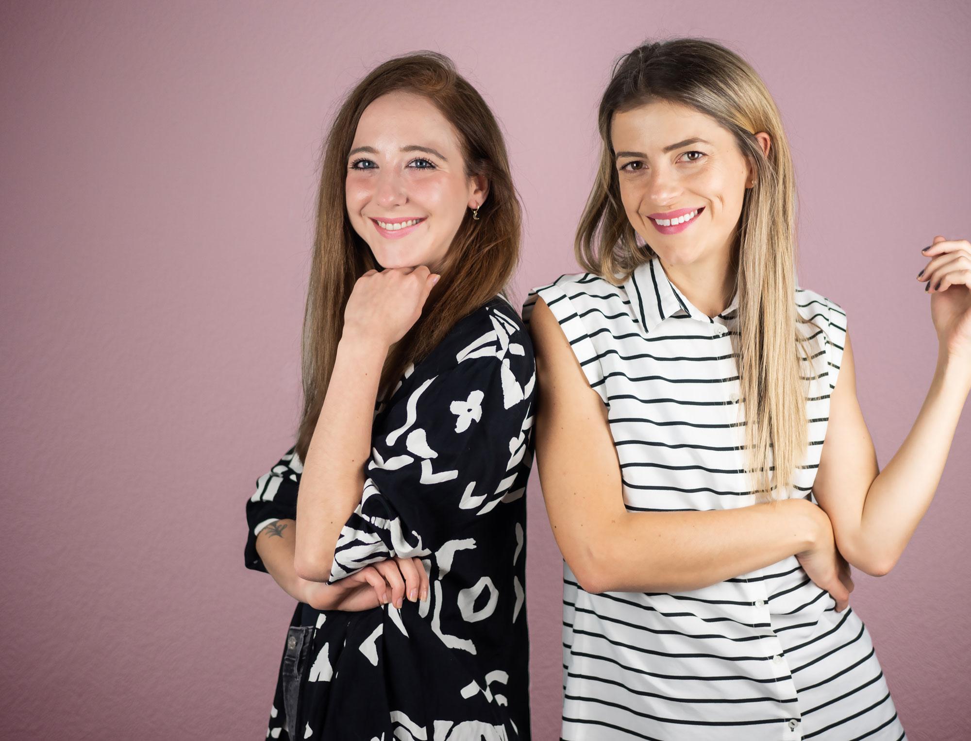 Teamfoto von Ronja Heinz und Melody Clemons. Team der Minerva Kreativagentur für Design Branding Websites und Marketing für die Gesundheitsbranche